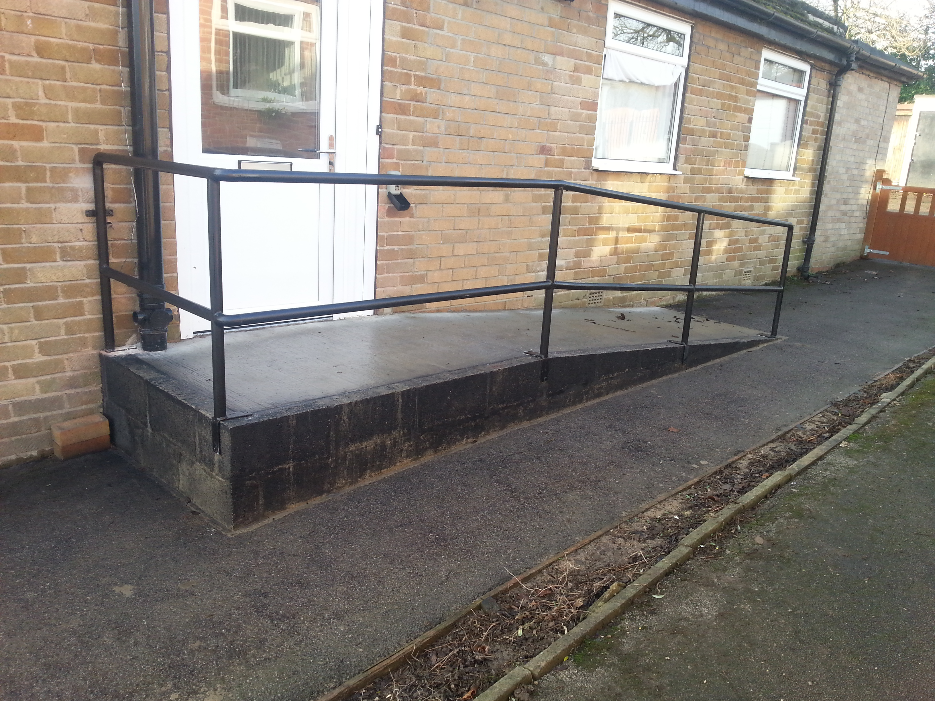 tubular_steel_handrail_for_access_ramp