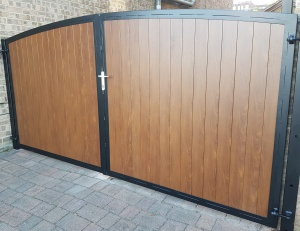 Arched Metal Driveway Gate With Knotwood Aluminium Infill[1]